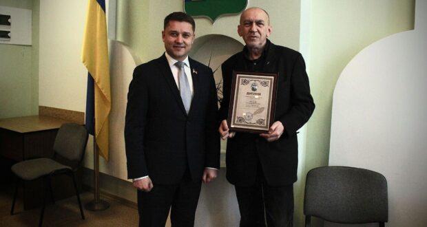 Міський голова Олександр Третяк урочисто вручив знаному поету диплом лауреата, нагрудний…