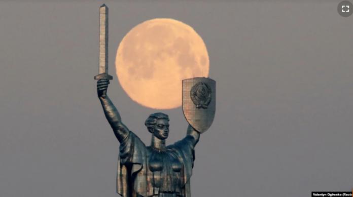 У Мінкульті розповіли, чому не демонтують радянський герб на монументі «Батьківщина-мати»
