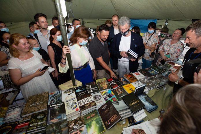 «Читайте українське»: Порошенки відвідали «Книжковий Арсенал»