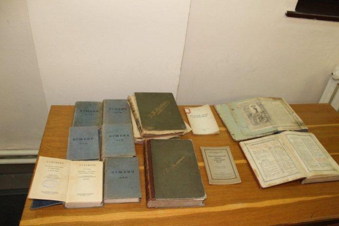 Іноземець спробував вивезти з України 13 книг початку XX століття