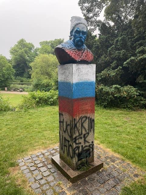 У Копенгагені вандали розмалювали пам'ятник Шевченку в кольори прапору РФ